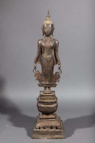 Buddha debout sur un haut socle étagé. Bronze. Laos. Royaume de Bansaï Fong. 18 ème siècle. 81cm.