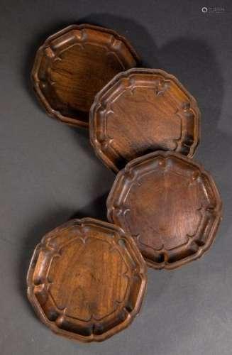 Quatre coupelles octogonales en bois. Chine. Dynastie Qing. Début 20 ème siècle. Diam 13,6cm.