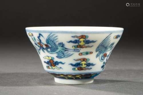Petite coupe en porcelaine ducaï a décor de grues en vol dans des nuages tsi. Chine. Contemporain. Ht  4cm x diam 2cm.