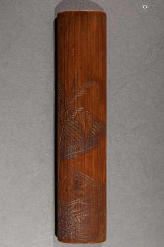 Tablette de bambou ciselé d'un personnage sur un balcon sous un palmier devant une toiture. Chine. Dynastie Qing. 28x6cm.