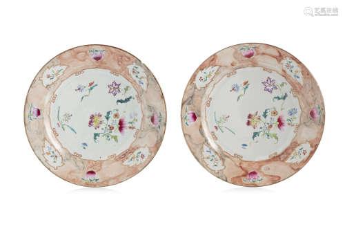 Chine, Compagnie des Indes, XVIIIe siècle.  Deux assiettes rondes en porcelaine et émaux de la famille rose,