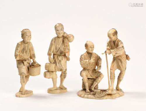 Japon vers 1900Ensemble de 3 Okimonos en ivoire...
