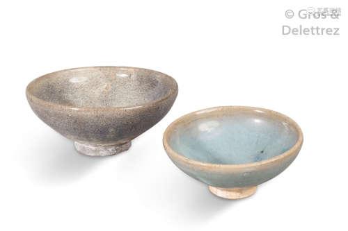 Chine, XIVe XVe siècle Deux coupes de type Junyao...