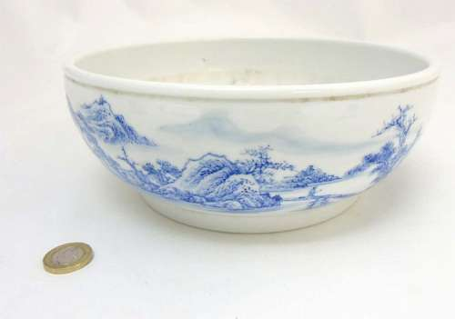 A Chinese blue and white bowl decorated in an underglaze blue continuous la