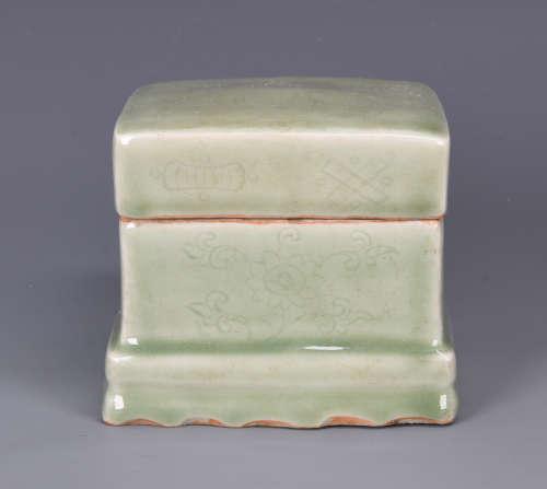 Chinese Longquan porcelain box, Ming Period.