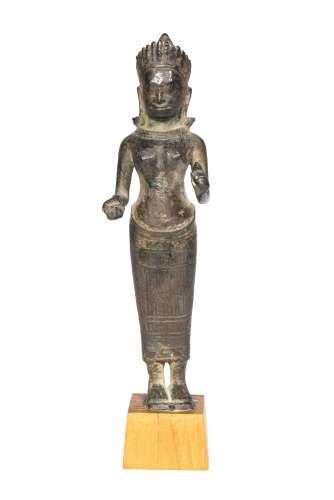 Sculpture en bronze à patine noire d'un bouddha debout coiffé d'un diadème de [...]