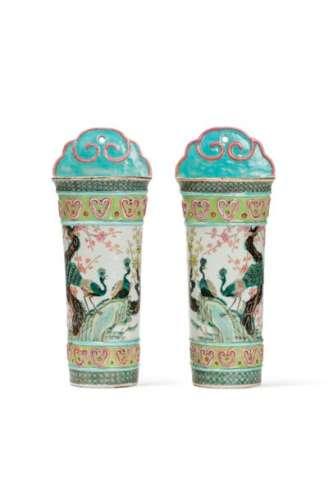 CHINE, XIXe sièclePaire de vases muraux en porc...