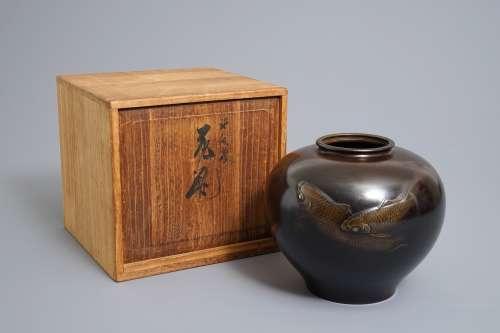A signed Japanese bronze vase with koi design, Meiji/Taisho, 1st half 20th C.