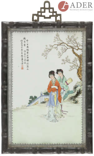 CHINE - XXe siècle Ensemble de quatre plaques en porcelaine émaillée polychrome à décor de deux