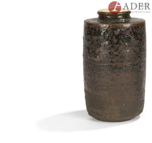 JAPON - Époque EDO (1603 - 1868) Chaïre cylindrique en grès brun partiellement émaillé noir.