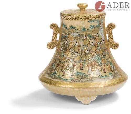 JAPON, Fours de Satsuma - XXe siècle Petit brûle-parfum tripode en faïence de Satsuma émaillée or,