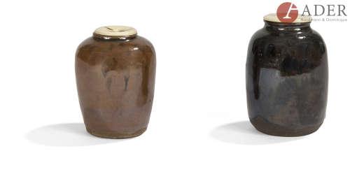 JAPON - XIXe siècle Deux chaïre, l'un de forme balustre, l'épaule évasée, en grès brun à couverte