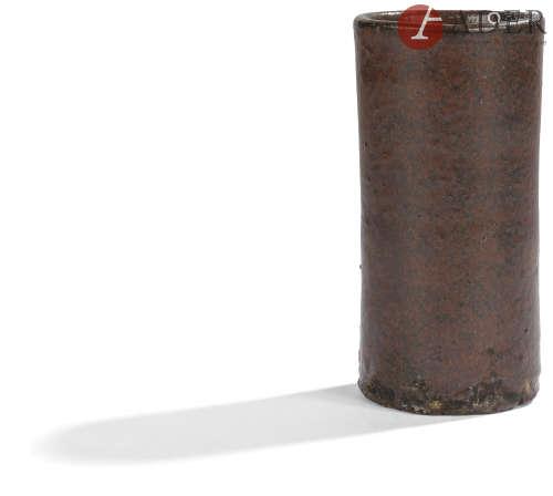 JAPON - Fin Époque EDO (1603 - 1868) Pot cylindrique en grès émaillé brun noir. H. : 11 cm