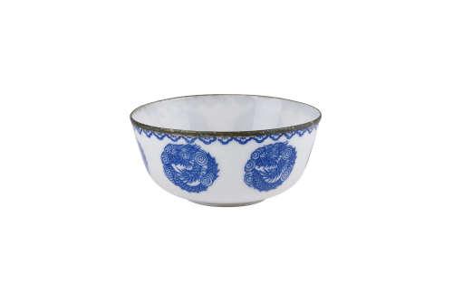 VIETNAM, XIXe siècle  Bol en porcelaine 'bleu de Hué', à décor de six dragons.