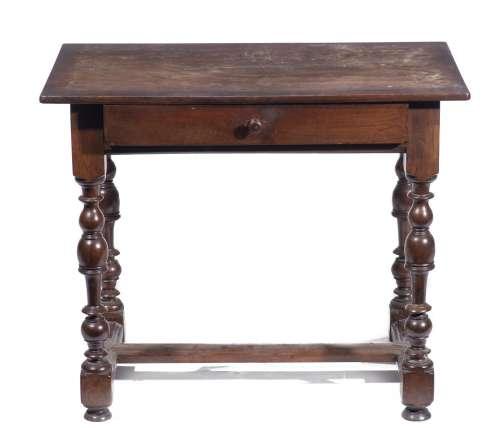 Petite table en noyer Louis XIII modèle à T avec son tiroir et plateau. XVIIIe H. [...]
