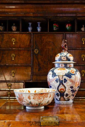 JAPANESE IMARI PORCELAIN VASE WITH LID AND BOWL IMARI日本伊万里瓷盖罐、瓷碗