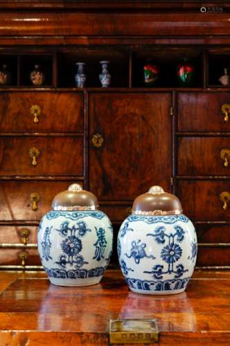 TWO BLUE AND WHITE GINGER JAR WITH WOOD LID清康熙青花如意福寿菊纹姜罐 一对(带盖)