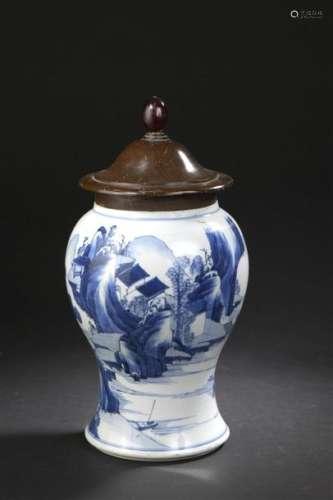 Vase en porcelaine bleu blanc Chine, époque Kangxi...;