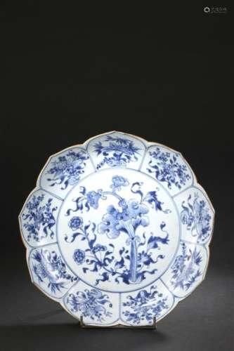 Plat en porcelaine bleu blanc Chine, époque Kangxi...;