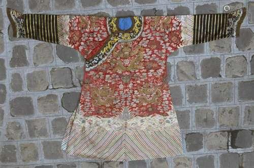 Robe en soie rouge brodée Chine, début du XXe sièc...;