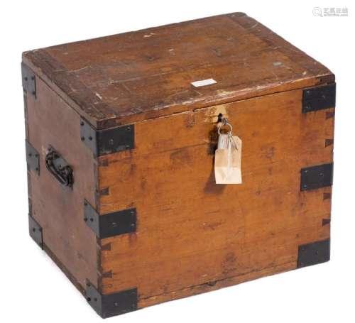 Coffre rectangulaire en bois avec serrure à clé