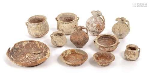 Ensemble de 11 récipients de poteries archéologique en
