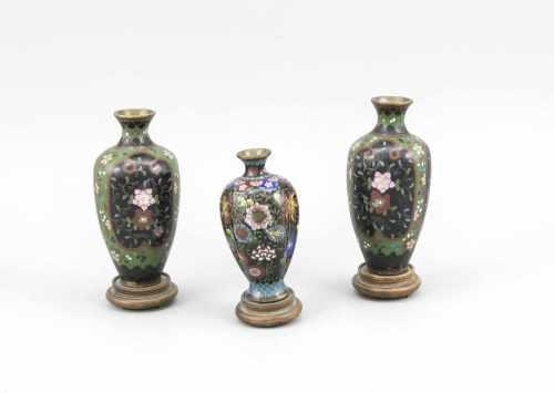Kleines Konvolut Cloisonné-Vasen, China, um 1900. Pärchen mit Blumenkartuschen mitschwarzem Fond,