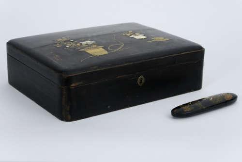 Lot (2) met een lakdoos en een Chinese brillenetui in lak - - a Chinese box and a [...]