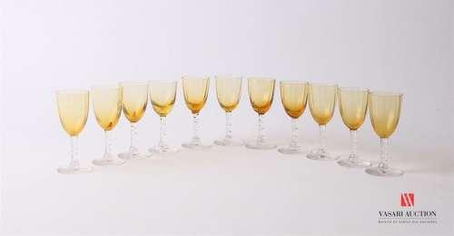 Suite de onze verres à liqueur en verre soufflé, l…