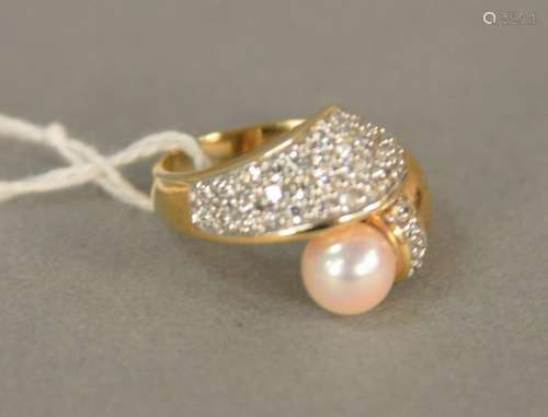 14K gold ring set with pearl and diamond melee, total